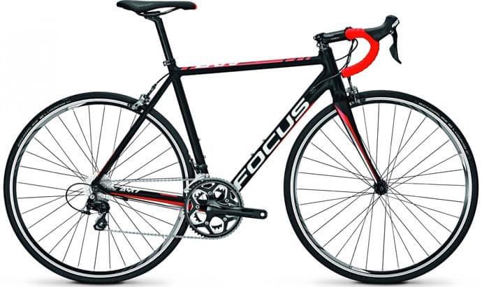 Silniční kolo s hliníkovým rámem a karbonovou vidlicí. Na silnici je váha kola a rychlost vším