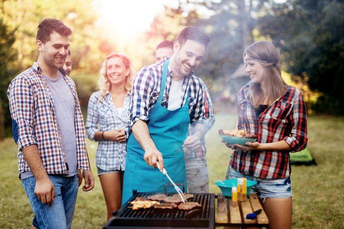 Grilování s přáteli - jedna z nejoblíbenějších letních aktivit. Teď už jen najít ten správný gril