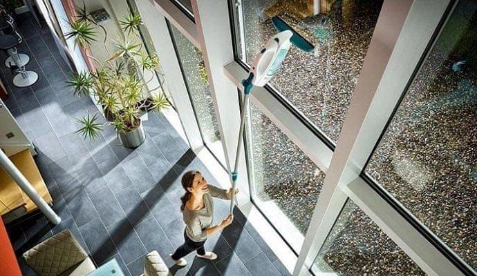 Díky přídavné tyči zvládnete i atypická okna třeba na chodbě