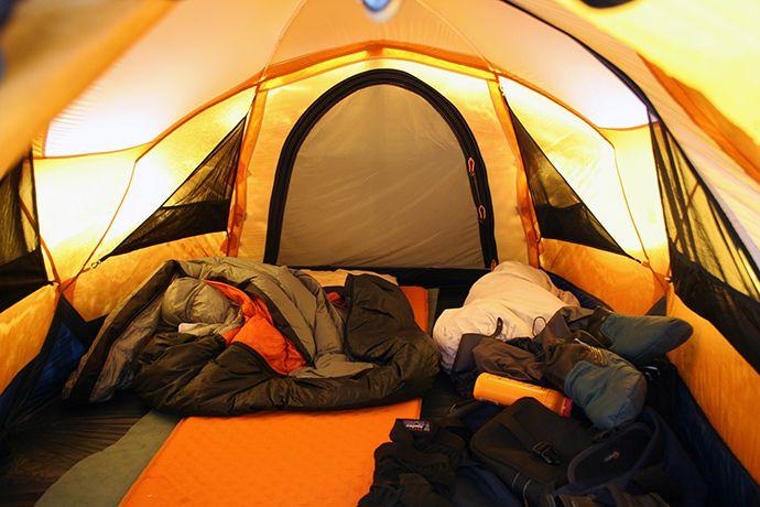 Ve stanu pro tři se dva nocležníci vyspí pohodlně i s batohem.