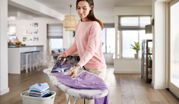 Na napařovací žehličce oceníte to, že můžete sami přidat množství páry - třeba když žehlíte přeschlé oblečení.