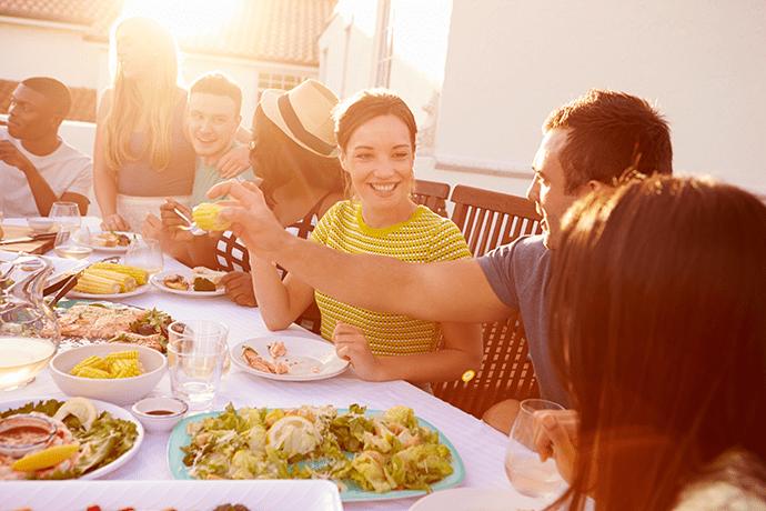 Večerja s prijatelji je odlična priložnost pohvaliti se z elegantnim jedilnim servisom.