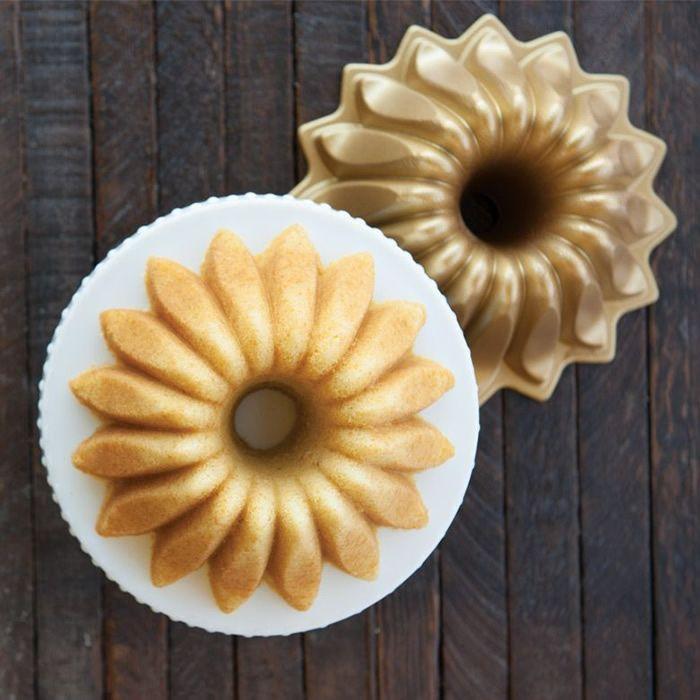 Nordic Ware Forma na bábovku, Lotus, zlatá