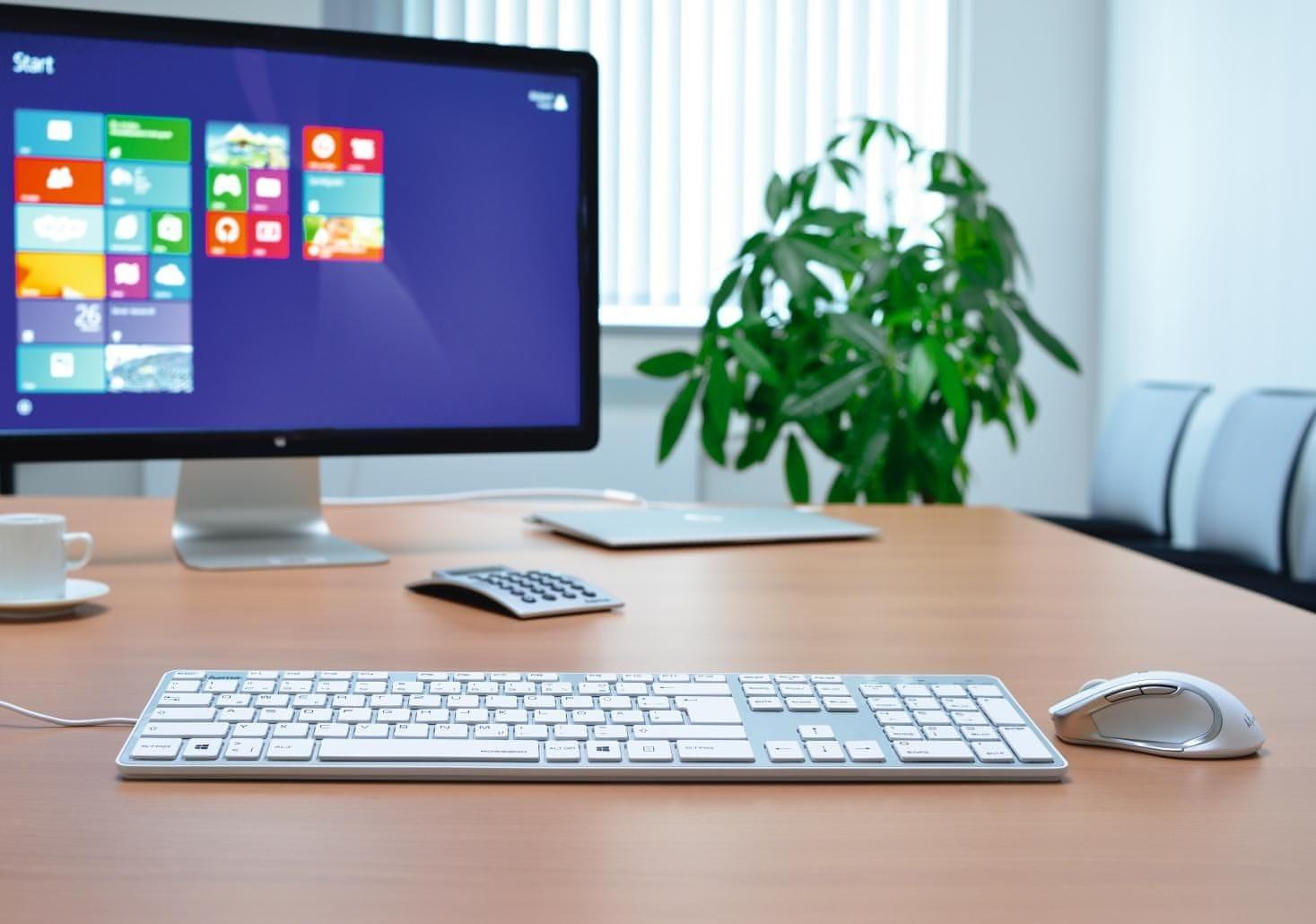 ffbedcd41 Hoci klávesnica využíva plnohodnotné rozloženie kláves, zároveň môže  ponúknuť kompaktné rozmery (44,1 × 12,4 × 1 cm). Pripojenie je riešené  pomocou ...