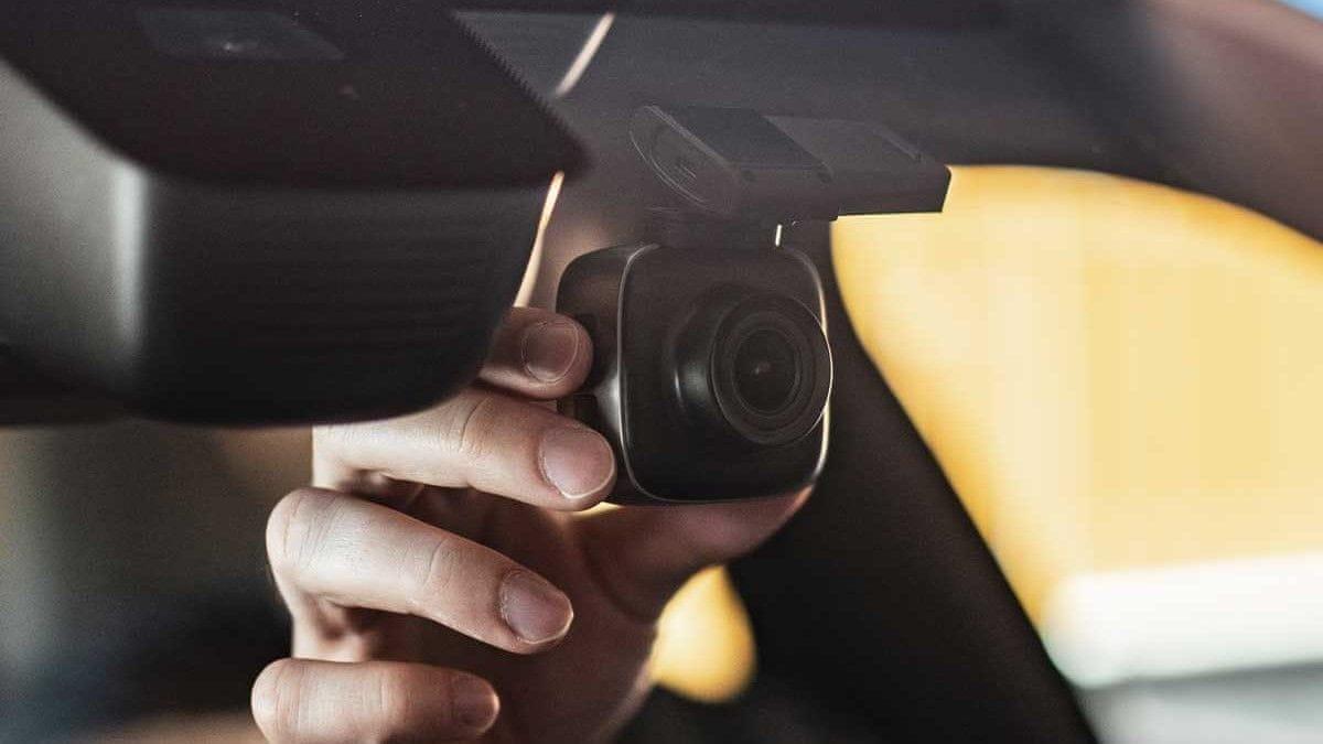 Niceboy PILOT X kamera v avtu