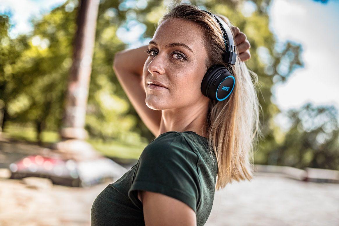 bluetooth přenosná sluchátka niceboy hive 2 joy 2021 extra zvuk maxxbass technologie výdrž 30 h baterie možnost připojení audio kabelu s 3,5mm jackem ultralehký design skládací konstrukce složitelná handsfree mikrofon ovládání na sluchátkách přes uši