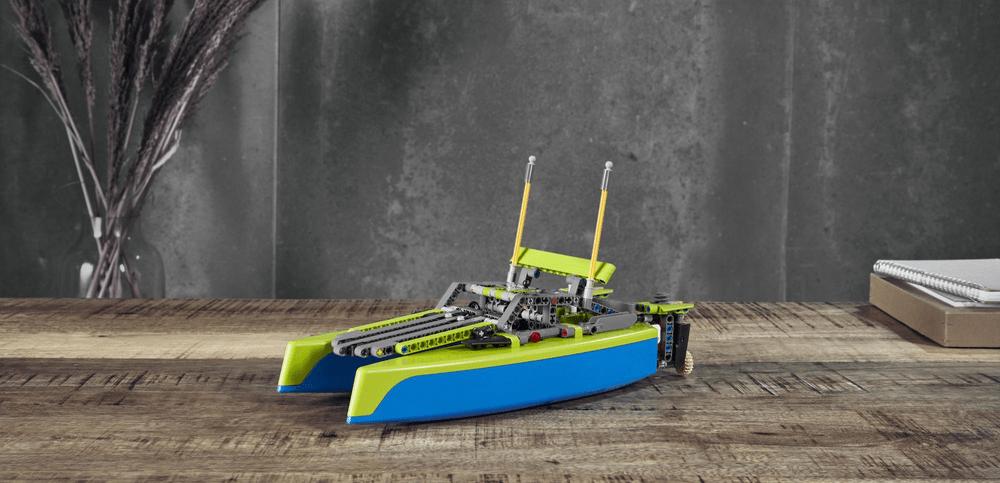 LEGO Technic 42105 Katamarán - rozbaleno