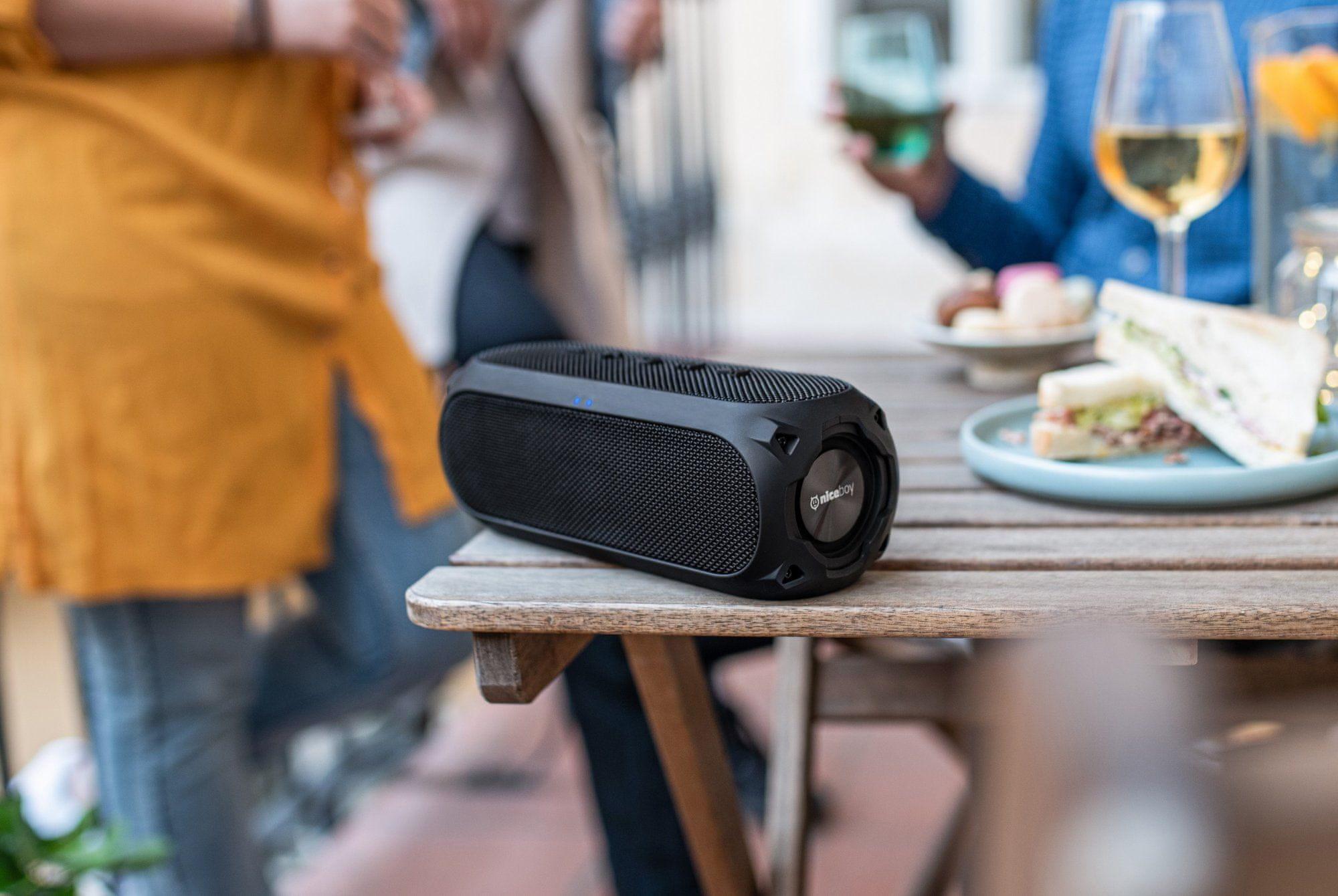 Bluetooth reproduktor niceboy raze 3 radion kompaktní rozměry voděodolný hudební výkon 24 w tws funkce aux vstup usb port fm tuner slot na sd karty powerbanka funkce výdrž 24 h maxx bass zvýraznění basů