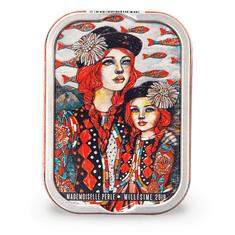 """La Perle des Dieux  Francouzské sardinky v extra pan. ol. oleji """"Mlle Perle et Capucine au Pérou"""" 115g"""