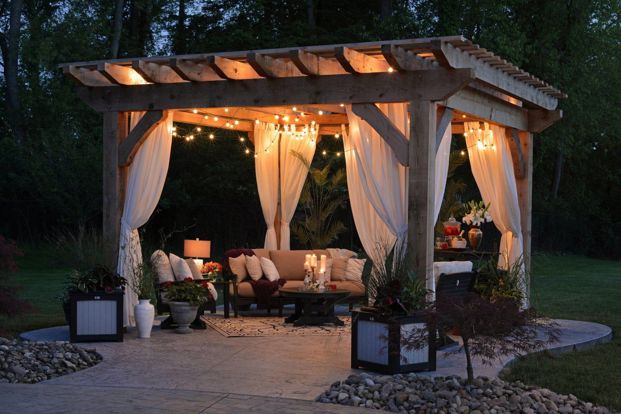 Pergola může sloužit jako příjemný úkryt před slunečními paprsky, nebo romantické zákoutí během letních večerů.