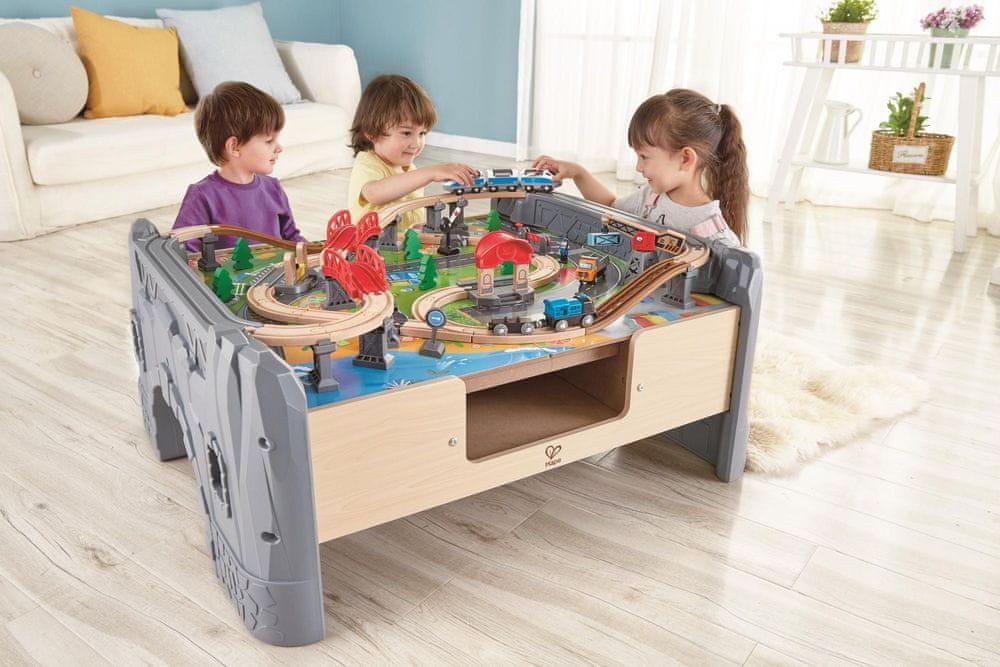 Hape Hrací stůl s vláčkodráhou 70ks