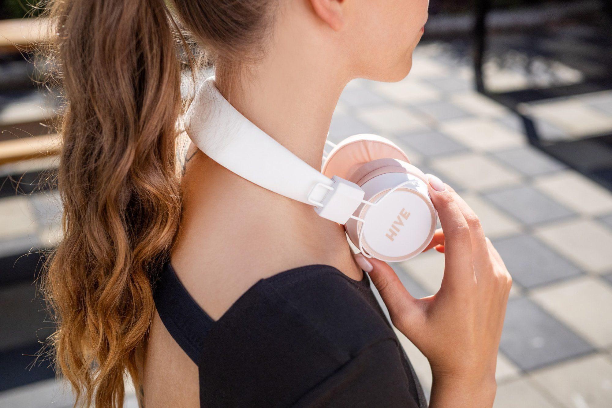 bluetooth přenosná sluchátka niceboy HIVE 2 Joy Sakura extra zvuk maxxbass technologie výdrž 30 h baterie možnost připojení audio kabelu s 3,5mm jackem ultralehký design skládací konstrukce složitelná handsfree mikrofon ovládání na sluchátkách přes uši